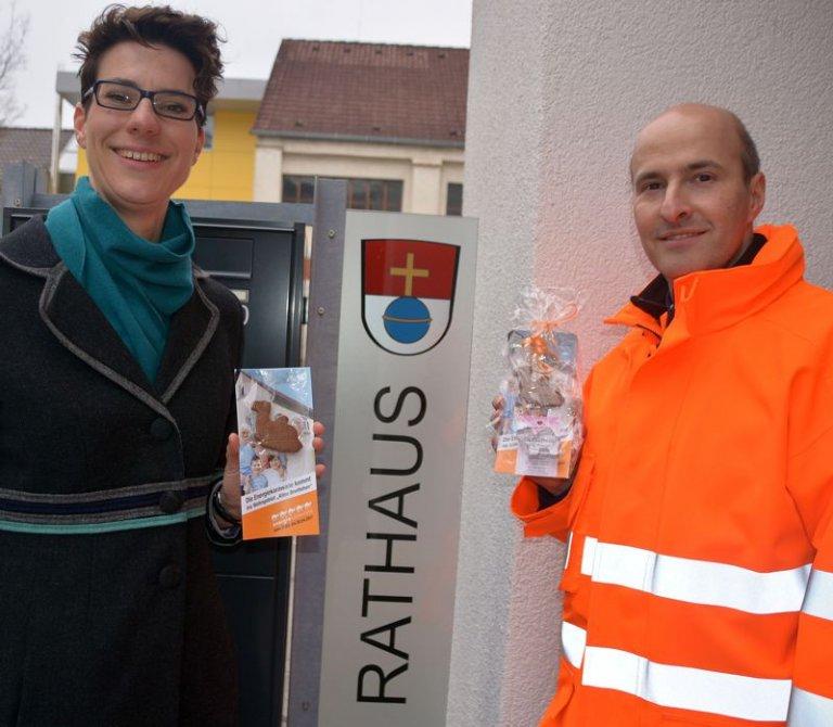Grossansicht in neuem Fenster: Energiekarawane - Klimaschutzbeauftragte Spöttle und Stadtbaumeister Michelfeit